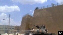 صحنهای از حملات اخیر تانکهای سوری به شهر دیرالزور که با تلفن همراه یک خبرنگار شهروندی گرفته شدهاست.
