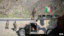 Солдаты афганской армии возле дороги, ведущей в Кабул. Иллюстративное фото.