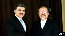 منوچهر متکی،وزير امورخارجه ايران با عبدالله گل وزير امور خارجه ترکيه دیدار و گفت وگو کرد