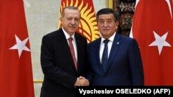 Президенты Кыргызстана и Турции Сооронбай Жээнбеков (справа) и Реджеп Тайип Эрдоган. Бишкек, 1 сентября 2018 года.