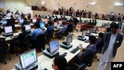 Сотрудники избирательной комиссии обрабатывают данные с избирательных участков. Кабул, 8 апреля 2014 года.