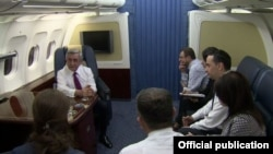 Президент Армении Серж Саргсян дает интервью журналистам армянских телеканалов на борту президентского лайнера, возвращаясь с венской встречи. 17 мая 2016 г.