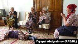 Облустук акимчиликтин ичине кирип алгандар. Жалал-Абад, 1-июнь.