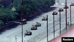 5 июня. Некий человек, получивший в мировых СМИ прозвище «Неизвестный бунтарь», стоит на пекинском проспекте Вечного Мира на пути танковой колонны.