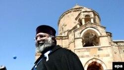 Патриарх Армянской церкви Месроп II на фоне армянской церкви на острове Ахтамар на востоке Турции.