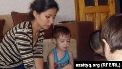 """Воспитанница детского дома Асель Чебохина со своим сыном Тимофеем в мини-центре """"Ак бесик"""". Актобе, 27 августа 2012 года."""