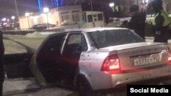 Полицейские рядом с обстрелянной машиной. Грозный, 17 декабря 2016 года.