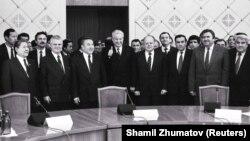 Лидерите на земјите основачи на Заедницата на независни држави по потпишувањето на декларацијата за основање на ЗНД на 21 декември 1991 година во Алмати, Казахстан.