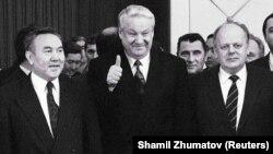 Нурсултан Назарбаеў, Барыс Ельцын і Станіслаў Шушкевіч падчас падпісаньня дэклярацыі пра стварэньне СНД, 21 сьнежня 1991 году