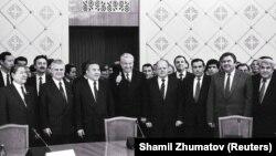 Бұрын СССР құрамында болған елдер басшылары ТМД декларациясына қол қойғаннан соңғы сәт. Алматы, 21 желтоқсан 1991 жыл.