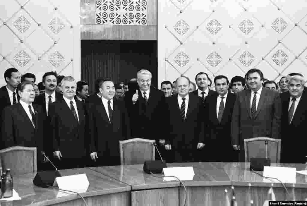 16 декабря 1991 года, через 15 дней после президентских выборов, Казахстан последним из республик бывшего Советского Союза провозгласил независимость. Через несколько дней в Алматы было подписано соглашение о создании Содружества Независимых Государств. На снимке: главы государств на церемонии подписания декларации о создании Содружества Независимых Государств. Алматы, 21 декабря 1991 года.