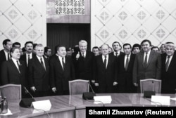 Главы 11 бывших союзных республик на подписании декларации о целях и принципах СНГ. Крайний слева — Серикболсын Абдильдин, председатель Верховного Совета Казахстана. Алматы, 21 декабря 1991 года.