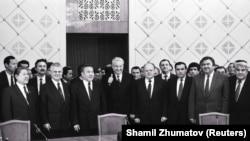 Лидеры бывших советских республик после подписания декларации о целях и принципах Содружества Независимых Государств (СНГ). Алматы, 21 декабря 1991 года.