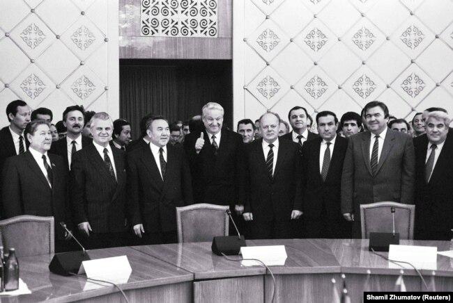 Серікболсын Әбділдин (сол жақта бірінші) мен Нұрсұлтан Назарбаев (сол жақтан санағанда үшінші тұр) ТМД құру туралы жиында. Алматы, 21 желтоқсан 1991 жыл.