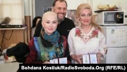 Волонтери Ірина фон Бург (л), Катерина Бужинська (п) з медалями за волонтерську діяльність, їхній колега Микола Греков