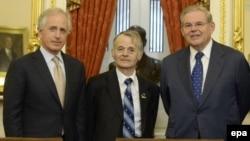 Сенаторы Роберт Менендез (справа) и Боб Коркер (слева) и один из лидеров крымско-татарского народа Мустафа Джемилев (в центре)