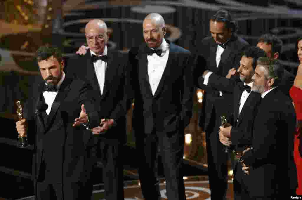 Ən yaxşı film seçilən Argo-un rejissoru Ben Affleck çıxış edərkən