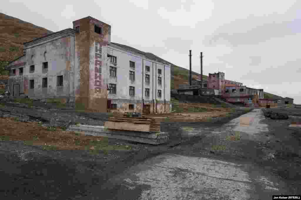 """Пирамида. Или город-призрак. Когда-то здесь царил """"настоящий коммунизм"""". СССР вкладывал сюда огромные деньги, у шахтеров было полное обеспечение и высокие по советским меркам зарплаты. Попасть сюда на работу считалось большой удачей."""