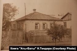 """Будинок, в якому народився Леонід Биков. Фото з книги """"Аты-баты..."""" Н.Тендора"""
