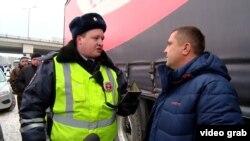 Сотрудник полиции разговаривает с водителем дальнобойщиком. Московская область, 1 декабря 2015 года.