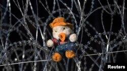 Плюшевая игрушка на проволочном заграждении на границе Венгрии и Сербии