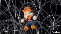 Плюшевый медвежонок в венгерском пограничном городе Реске на том месте, где был сбит с ног вместе с сыном сириец Абдель Мохсен