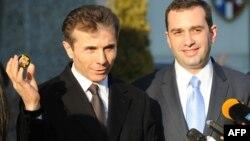 Премьер-министр Грузии Бидзина Иванишвили (слева) и министр обороны Грузии Ираклий Аласания. Тбилиси, 6 февраля 2013 года.