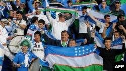 Futbol bo'yicha O'zbekiston milliy terma jamosi muxlislari Doha shahridagi Al-G'arafa stadionida. 12 yanvar 2011 yil.