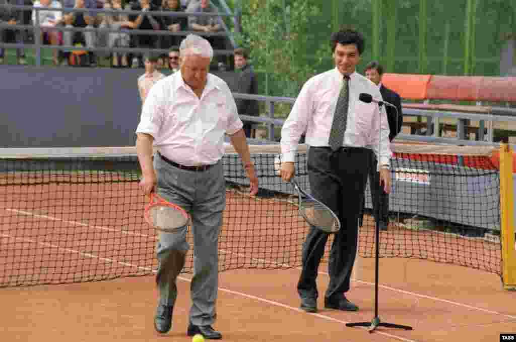 Президент России Борис Ельцин (слева) и Глава администрации Президента РФ Борис Немцов на теннисном корте. 1994 год