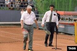 Президент России Борис Ельцин (слева) и глава администрации президента РФ Борис Немцов на теннисном корте, Нижний Новгород, 1994 год
