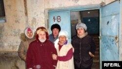 Апатты жағдайдағы мына бір үй Мақат аудандық әкімшілігінен таяқ тастам жерде. Атырау облысы, 5 қаңтар 2009 ж.