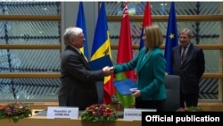EU/Armenia - European Union's foreign policy chief Federica Mogherini and Armenia's foreign minister Edward Nalbandian sign a document on extension of Trans-European Transport Network toward Armenia, Brussels,24Nov,2017