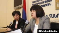 Карине Минасян (справа) на пресс-конференции