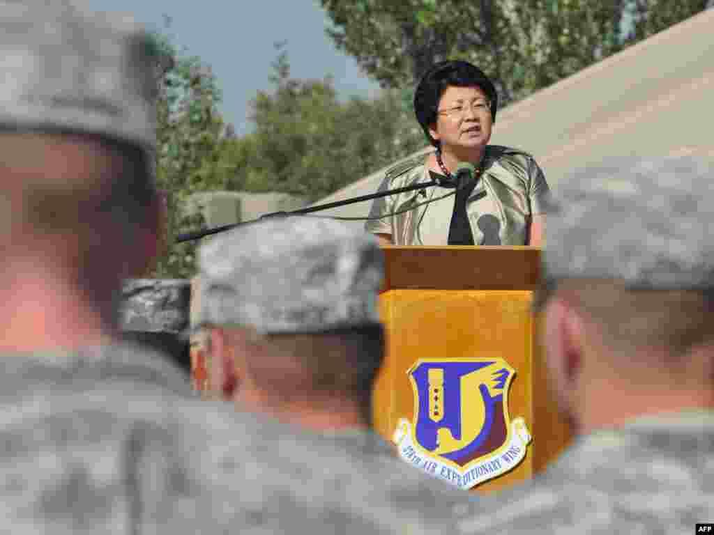 """Президент Роза Отунбаева на американской военной базе в международном аэропорту """"Манас"""", 11 сентября, 2011."""