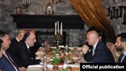 William Hague Azərbaycanın xarici işlər naziri Elmar Məmmədyarovla Bakıda süfrə arxasında, 17 dekabr 2013
