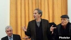 Ամերիկահայ գրող Փիթեր Բալաքյանը (կենտրոնում) Գրողների միությունում ներկայացնում է իր նոր գրքերը: Ձախից` ՀԳՄ նախագահ Լեւոն Անանյանը, աջից` բանաստեղծ Արտեմ Հարությունյանը: 16-ը դեկտեմբերի, 2010 թ.