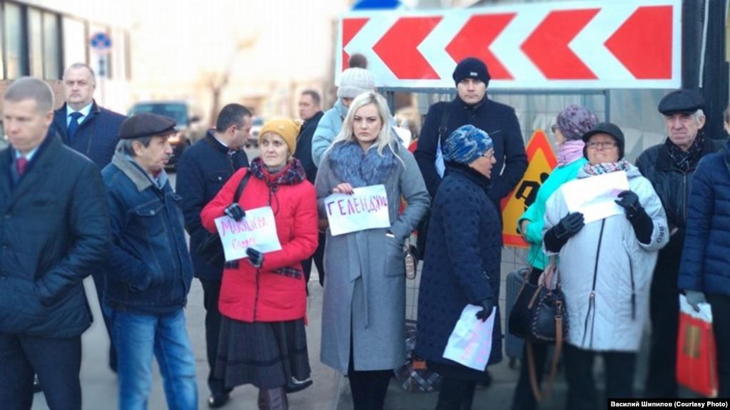 Жители сибирских городов у здания Следственного комитета в Москве