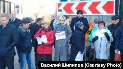 Люди у здания Следственного комитета в Москве