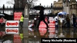Противники Brexit перед будинком британського парламенту. Лондон, 12 березня 2019 року