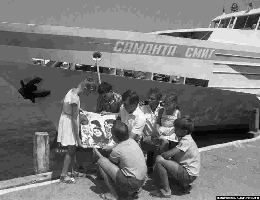 Спустя год после гибели Саманты, в 1986-м, в «Артеке» появилась аллея ее имени. В Ялте тем временем начал курсировать прогулочный теплоход «Саманта Смит». Правда за последние годы он попадал в новости по нерадостным поводам: сначала теплоходгорел, а затем в российском предприятии «Крымские морские порты» решили продать судно за ненадобностью