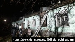 Пожарные у здания Старобельского областного психоневрологического интерната
