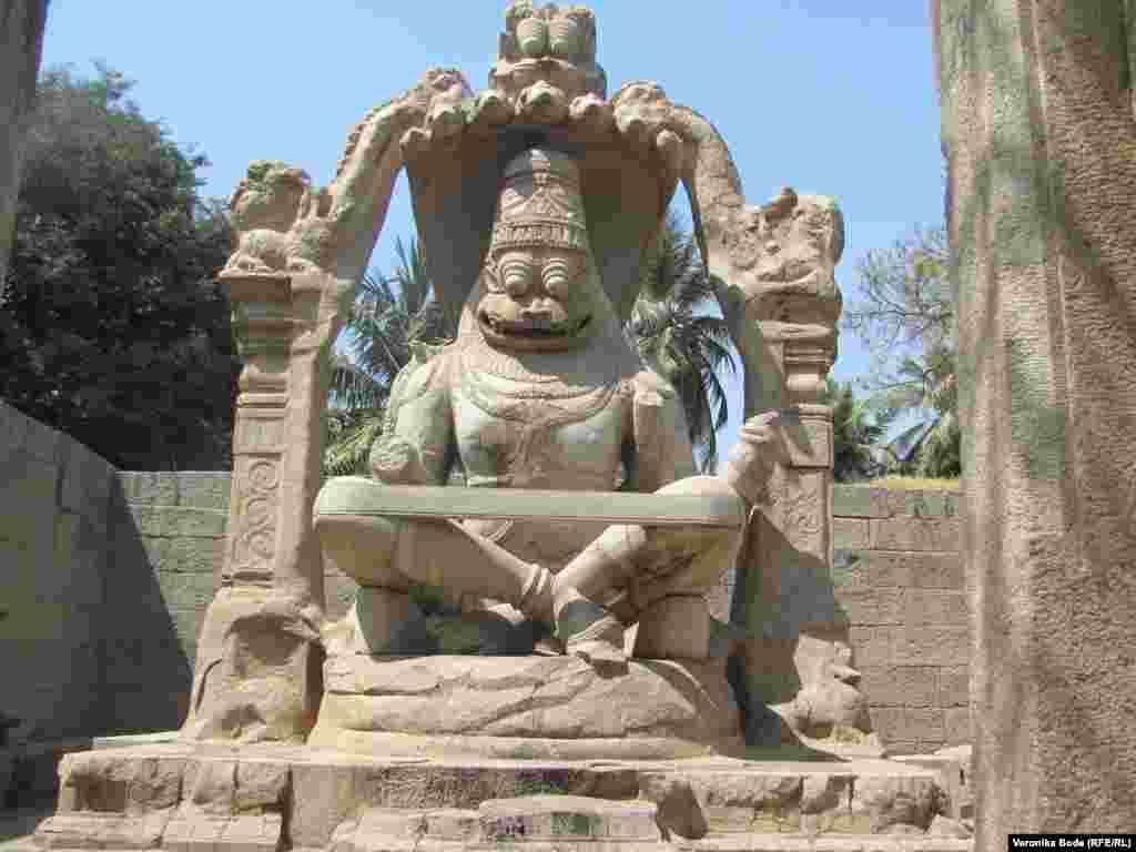 Местность изобилует древними скульптурами и памятниками.
