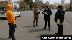 Баку шаарындагы карантин учуру. Күч кызматкерлери жарандын документин текшерип жатышат.