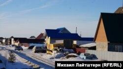 Строительство домов в жилом дачном кооперативе «Славянка» на окраине Новосибирска началось в 2008 году. Многие дома в селе до сих пор не достроены.