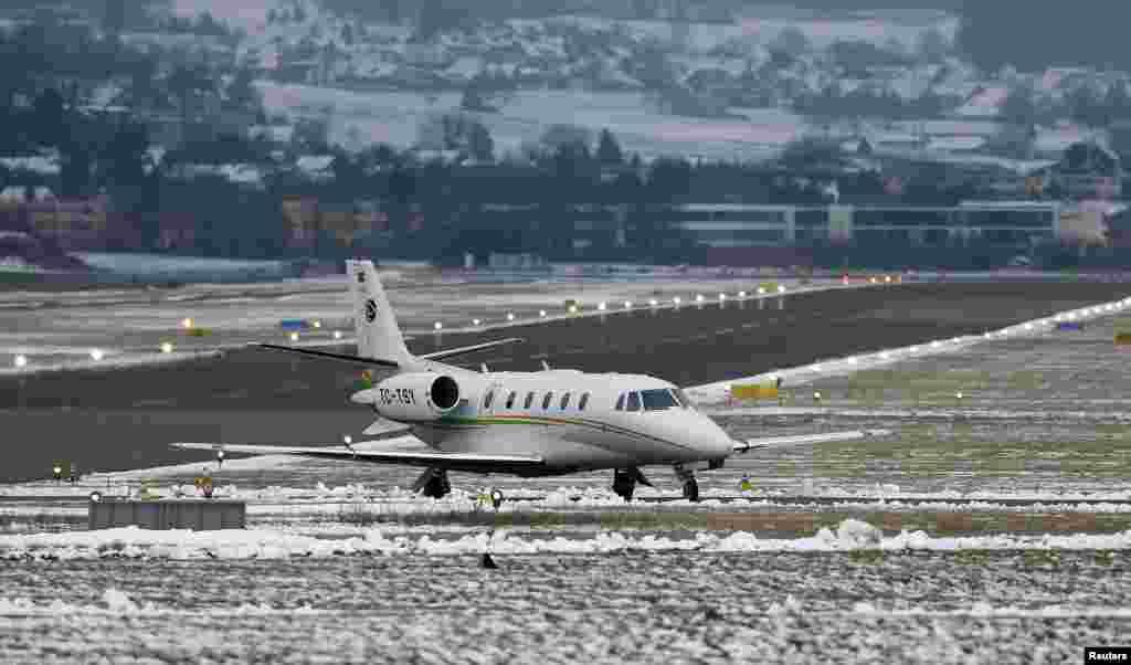 Прибытие одного из бизнес-джетов на базу швейцарских ВВС в Дюбендорфе. Этот аэродром периодически используется для приема и отправки рейсов с участниками Давосского форума.