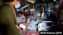 Евіакуація пораненого з місця теракту, Кабул, Афганістан, 26 серпня 2021 року