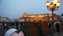 Ցուցարարները վրաններ են տեղադրել Հանրապետության հրապարակում՝ այնտեղ գիշերելու համար