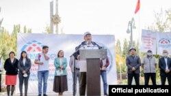 Курманбек Дыйканбаев «Биримдик» партиясынын үгүт жыйынында сүйлөп жатат.