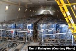 Жүк таситын ұшаққа тиелген улы қалдық салынған контейнерлер. Қарағандылық эколог Дмитрий Калмыковтың жеке архивіндегі фото. Көрнекі сурет.