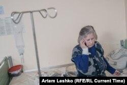 Татьяна Анатольевна телефонмен сөйлесіп отыр.